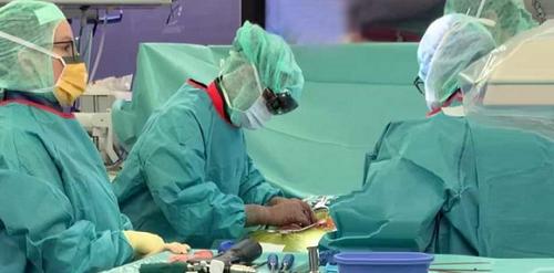 เทคโนโลยี ARเทคโนโลยี AR ใช้ในการนำทางผ่าตัดกระดูกสันหลังแบบโฮโลแกรม
