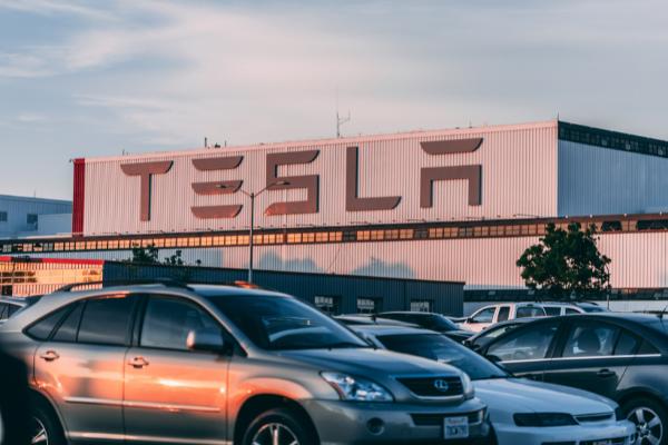 รถยนต์ยี่ห้อ Tesla  การเปิดAuto Pilo