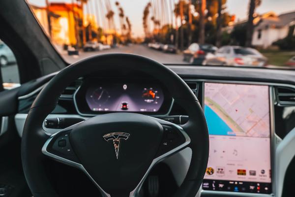 รถยนต์ยี่ห้อ Tesla เพิ่มความปลอดภัย